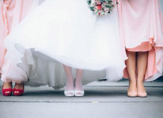 Białe sukienki na wesele - faux pas?