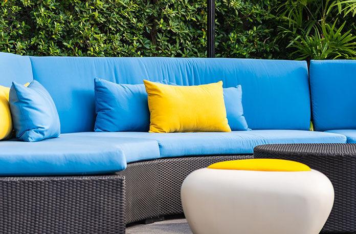 Wiosenny wypoczynek w ogrodzie? Sprawdź jakie tkaniny outdoorowe wybrać do leżaków i foteli