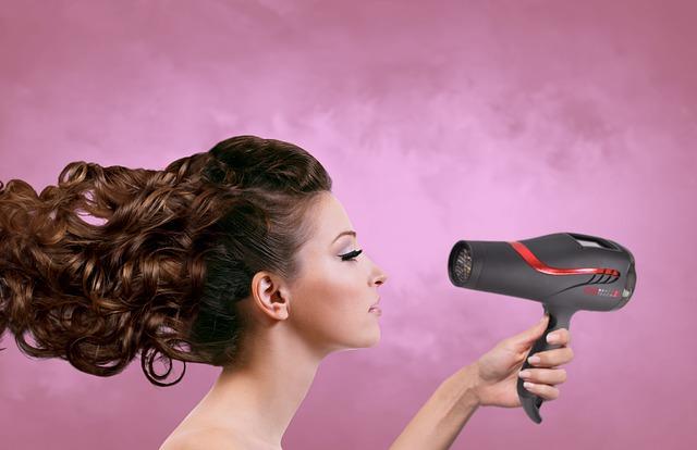 Suszarka do włosów to ważny element wyposażenia naszej łazienki
